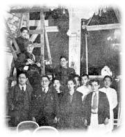 壁画制作中の藤田嗣治画伯(上から2番目)と門倉ご夫妻(前列左から2番目と4番目)。