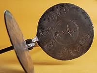 1800~1900年頃のHost Baking iron。教会でミサの際、信徒に分け与えるホスチアを焼く。ホスチアは小麦粉を薄く焼いて作る。IHSはイエス・キリストの省略形、イエズス会の紋章でもある。エーデルワイス・ミュージアム所蔵品